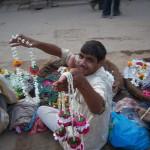 torgovtsy girlyandami u hrama