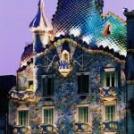 24-Дом Бальо в Барселоне в вечернее время. Творение Гауди