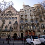 28-Дом Бальо в Барселоне. Вид на проезжую часть