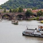 Вид с реки на Карлов мост в Праге